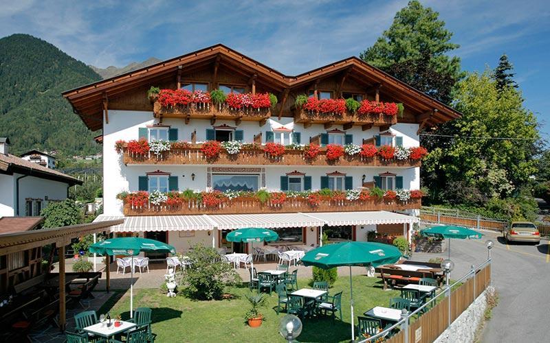 Dorf tirol bei meran hotel holiday south tyrol italy for Design hotel dorf tirol