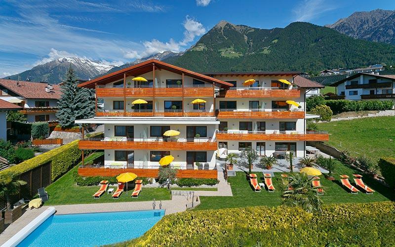 Dorf tirol bei meran ferienwohnung ferienwohnungen urlaub for Design hotel dorf tirol