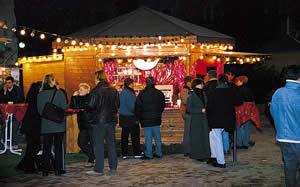 Glühwein trinken am Meraner Weihnachtsmarkt